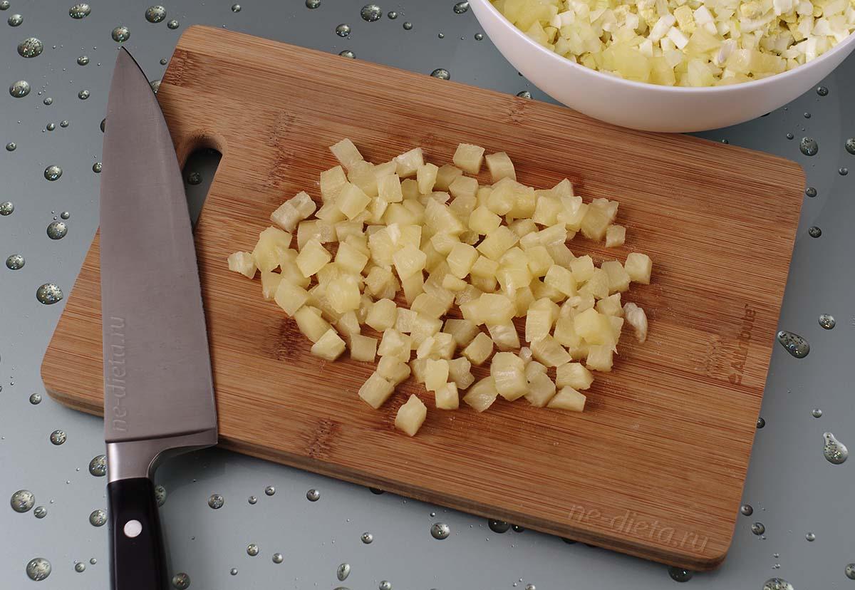 Консервированные ананасы порезать кубиками