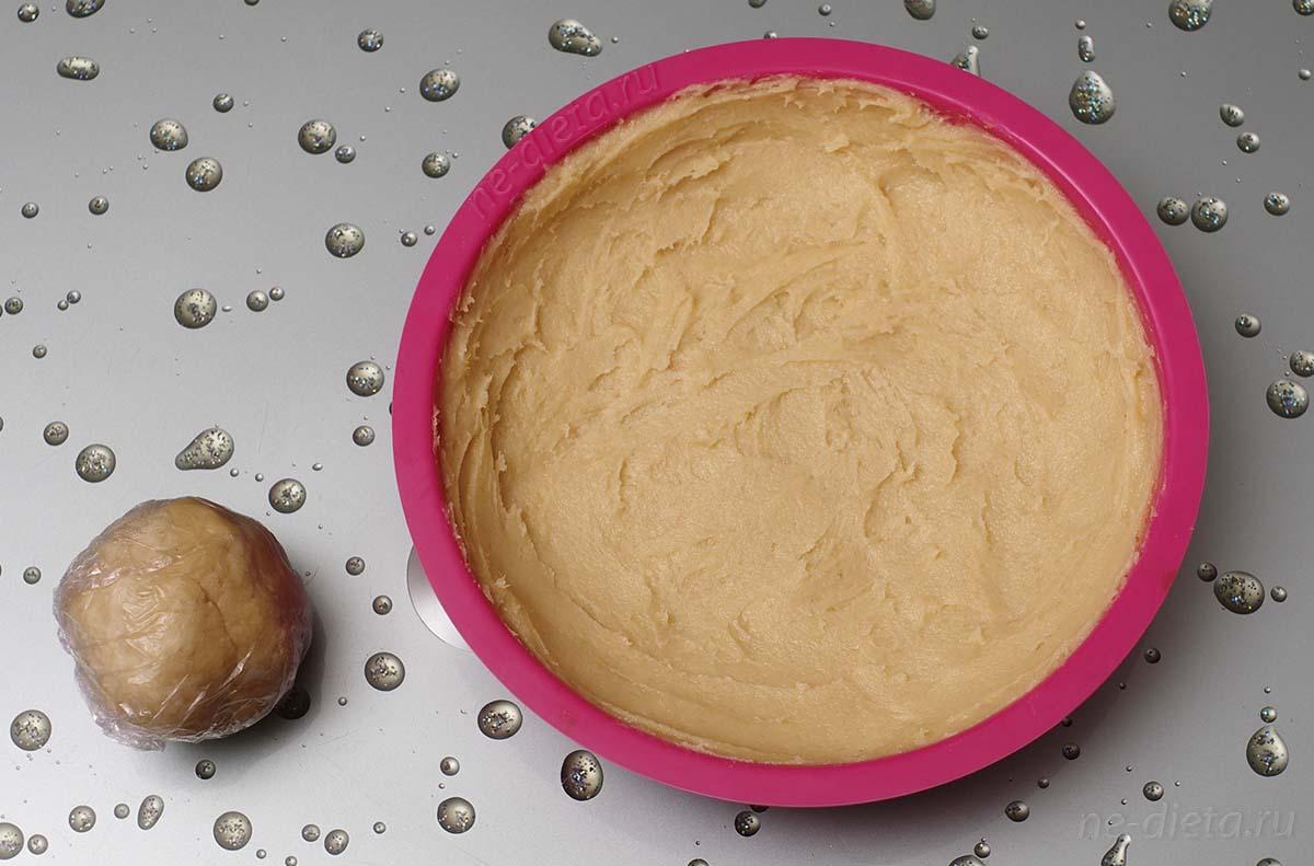 Столовую ложку теста смешать с 1/4 ст. муки и скатать в шар, оставшееся тесто распределить по форме