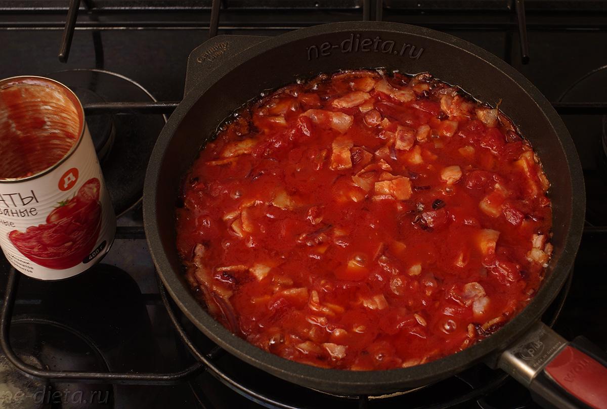 Положить порезанные томаты и тушить 5 минут