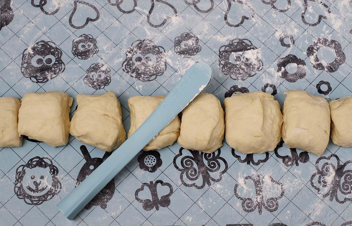 Тесто скатать в колбаску и разрезать на 8 частей
