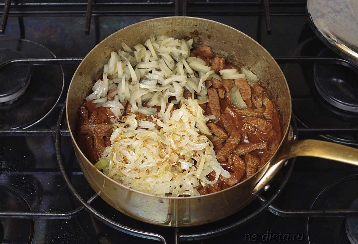 К говядине добавить соленые огурцы, лук и мучной соус