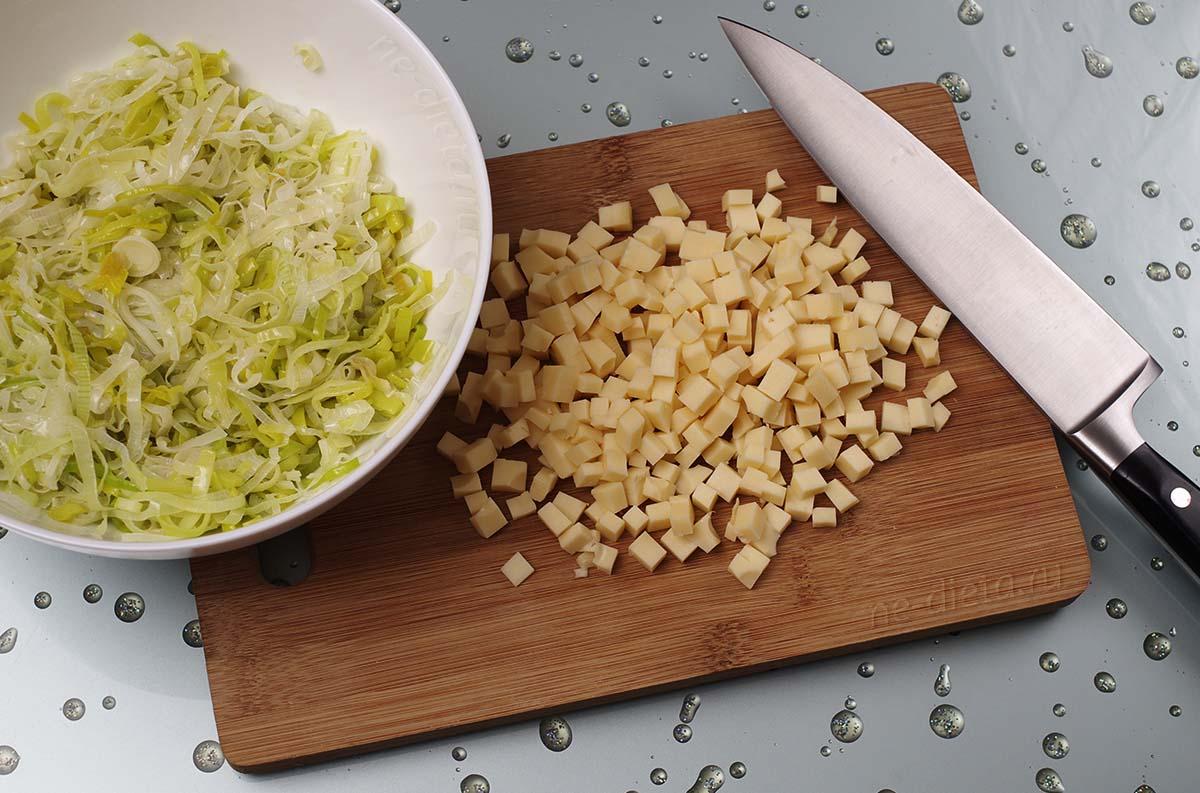 Полутвердый сыр порезать мелкими кубиками