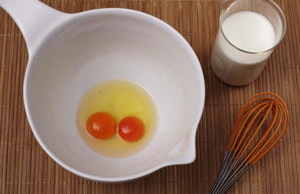 Яйца смешать со сливками