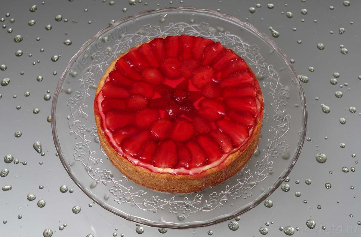Покрыть поверхность чизкейка горячим желе для торта