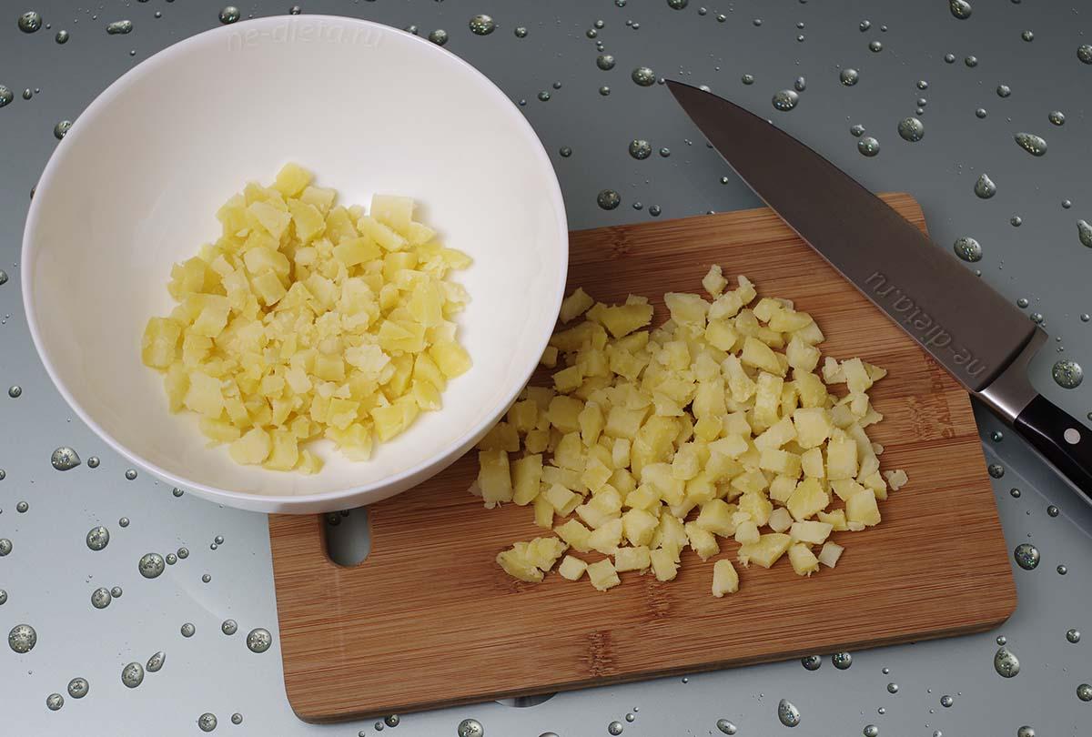 Картофель нарезать кубиками и выложить в миску