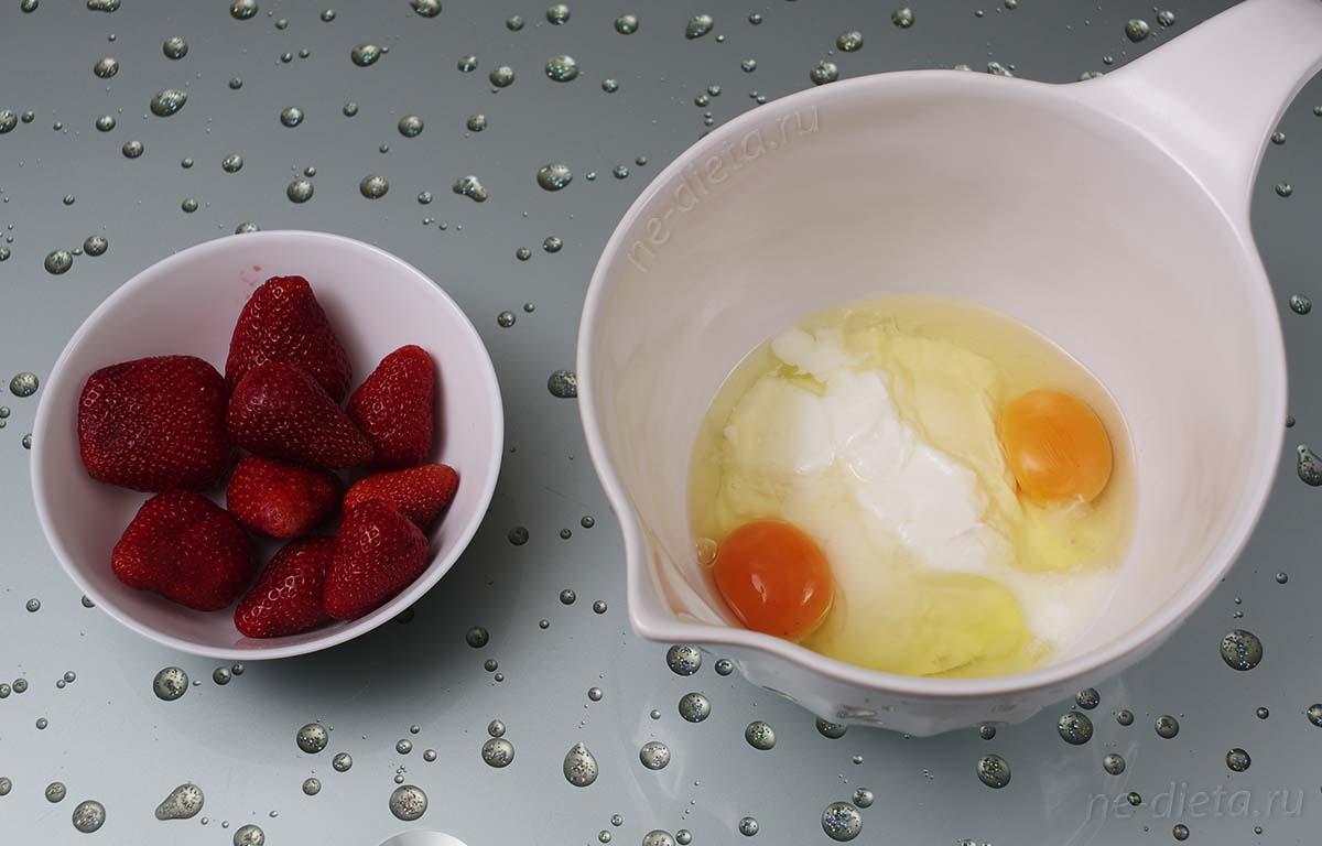 В миску выложить яйца и натуральный йогурт