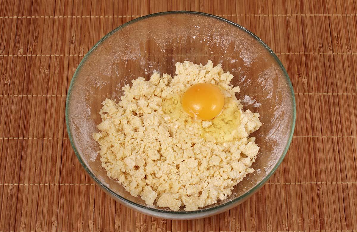В тесто добавить яйцо