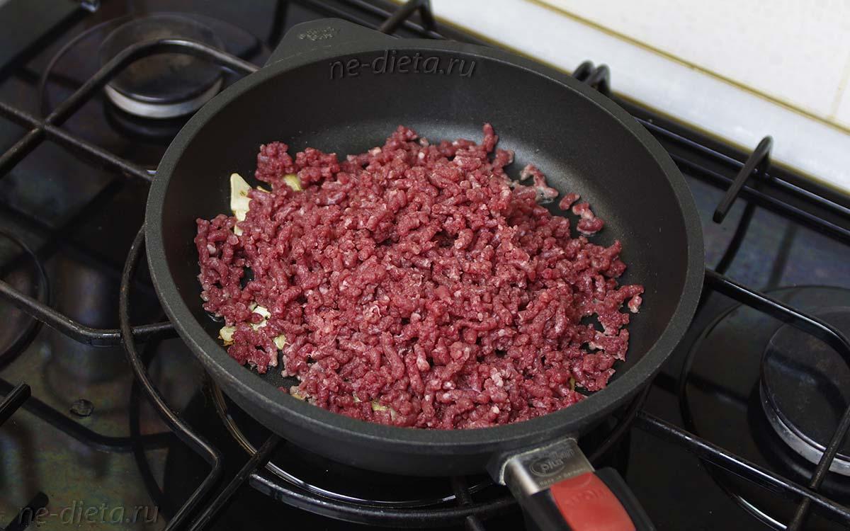 К чесноку выложить мясной фарш