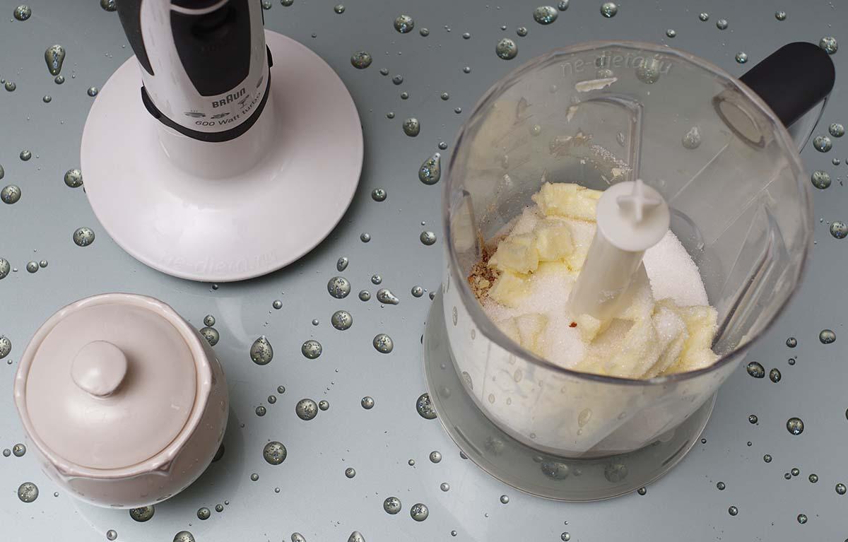 К миндалю добавить масло, сахар и соль