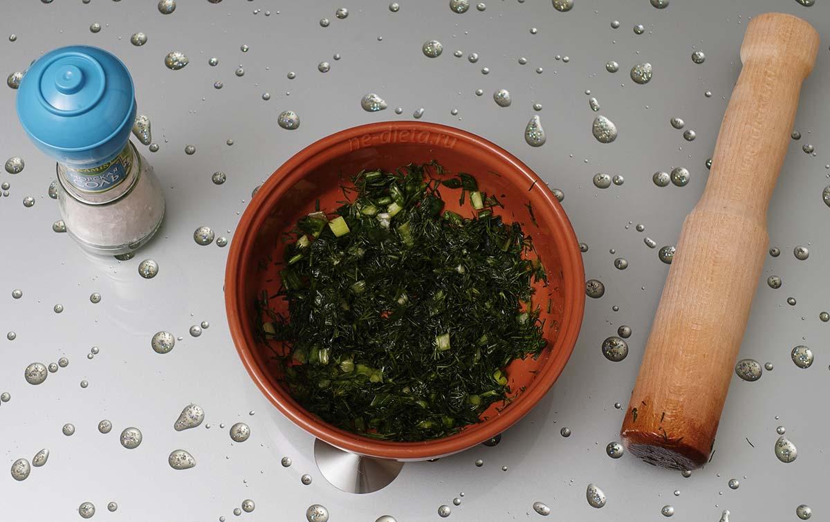 Зелень порезать и растереть с солью