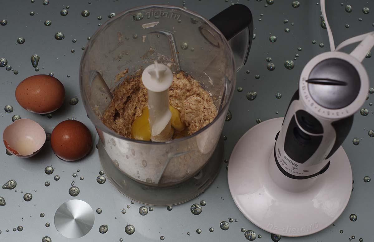 В марципан ввести по одному яйца