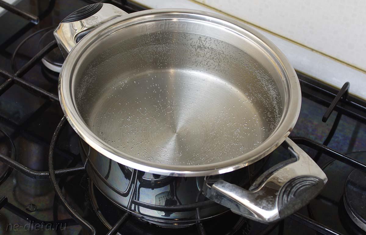 Вскипятить воду в большой кастрюле