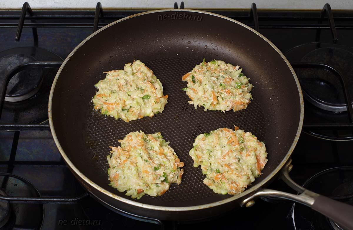Ложкой выложить кабачковые оладьи на сковороду