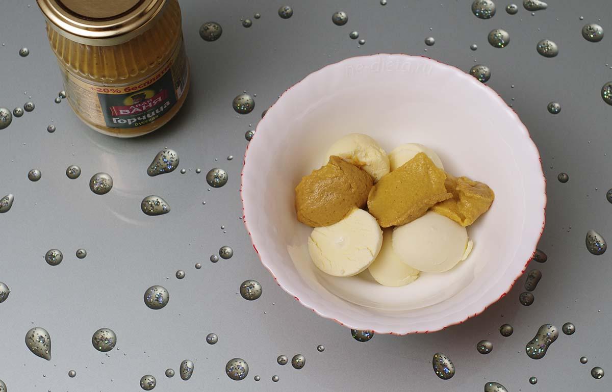 К яичным желткам добавить горчицу