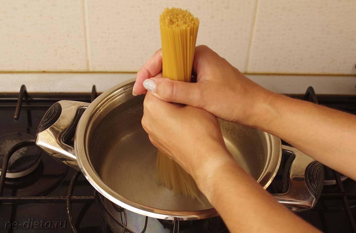 Спагетти собрать в пучок и поставить в центр кастрюли