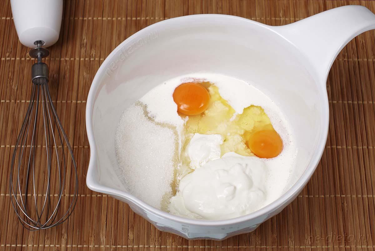 К творогу добавить сметану, яйца, сливки и сахар
