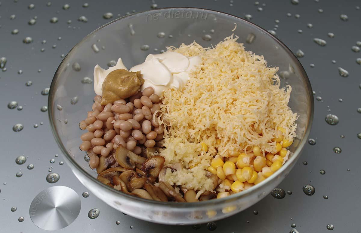 Добавить в салат сыр, чеснок, горчицу и майонез
