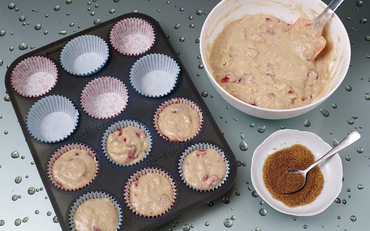 Тесто выложить в формочки и посыпать сверху смесью сахара с корицей