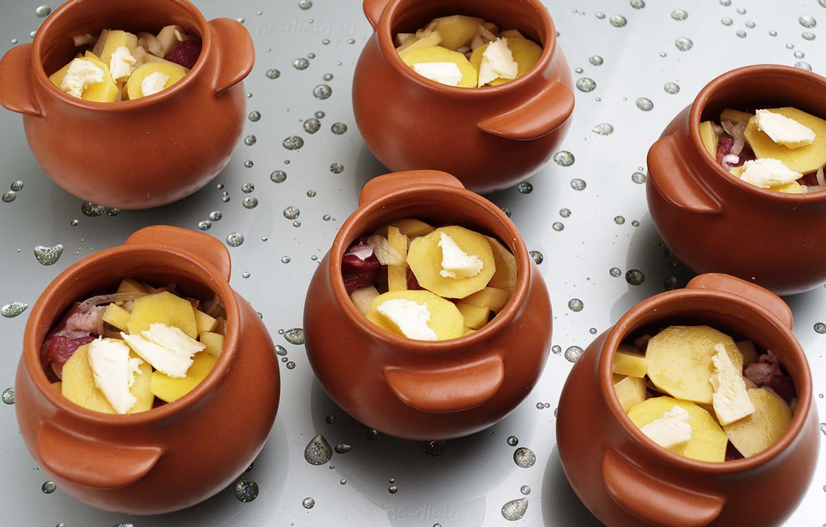 Закрыть горшочки ломтиками картофеля со сливочным маслом