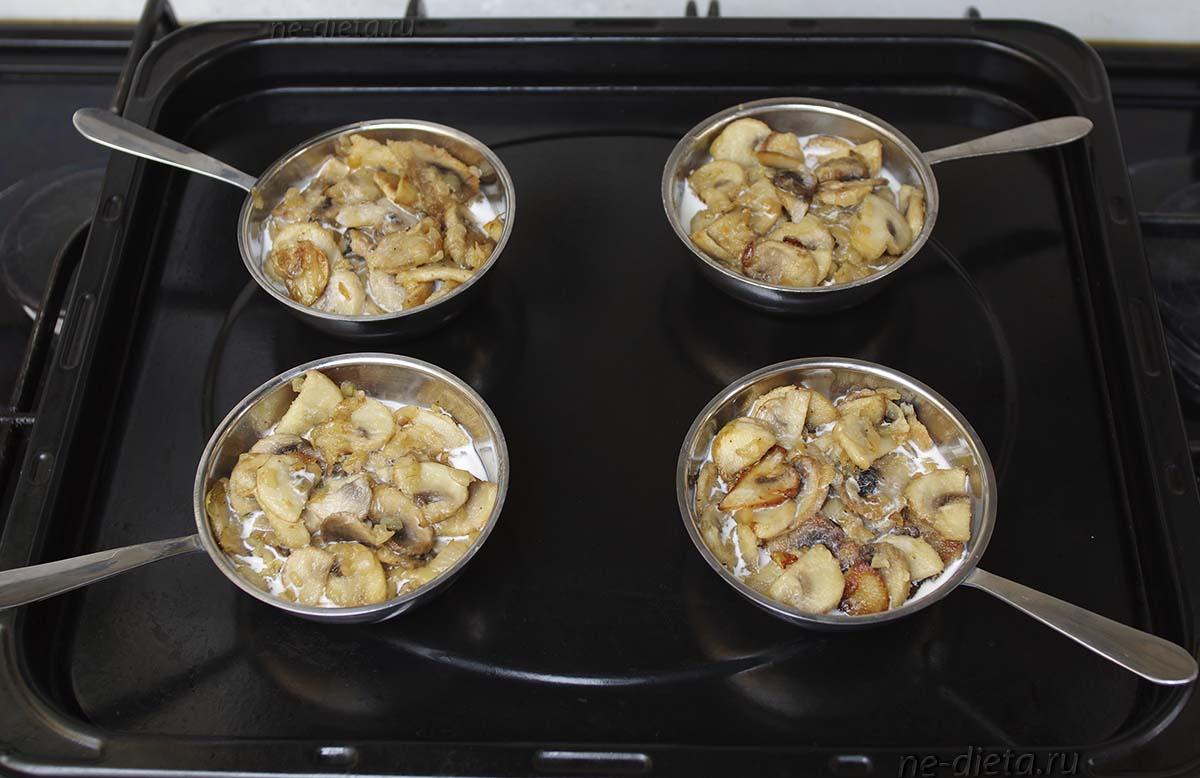 Грибы разложить в кокотницы и залить сливками