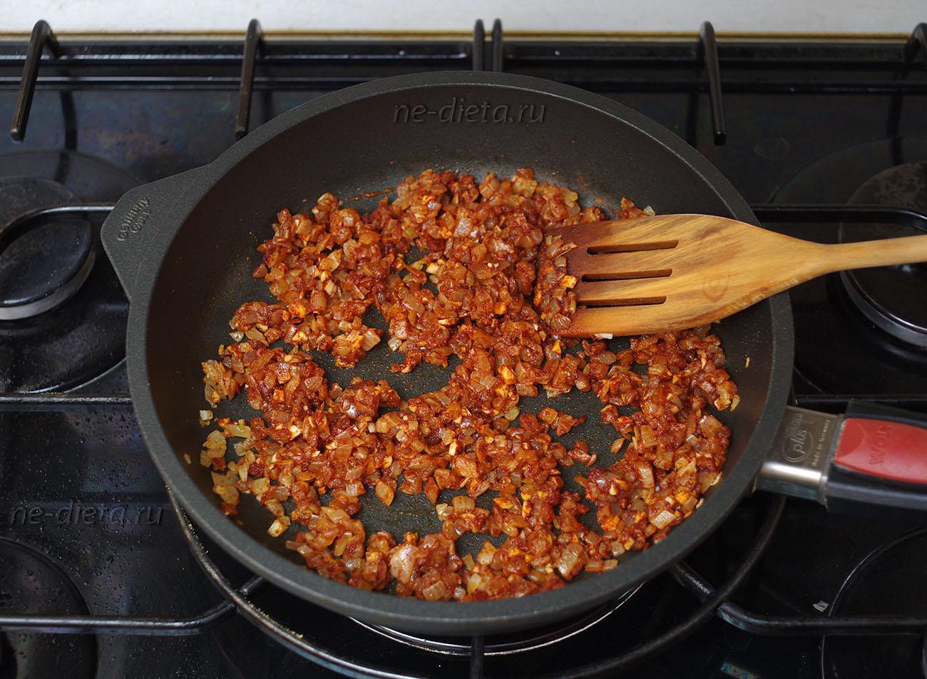Жареный лук с паприкой для соуса