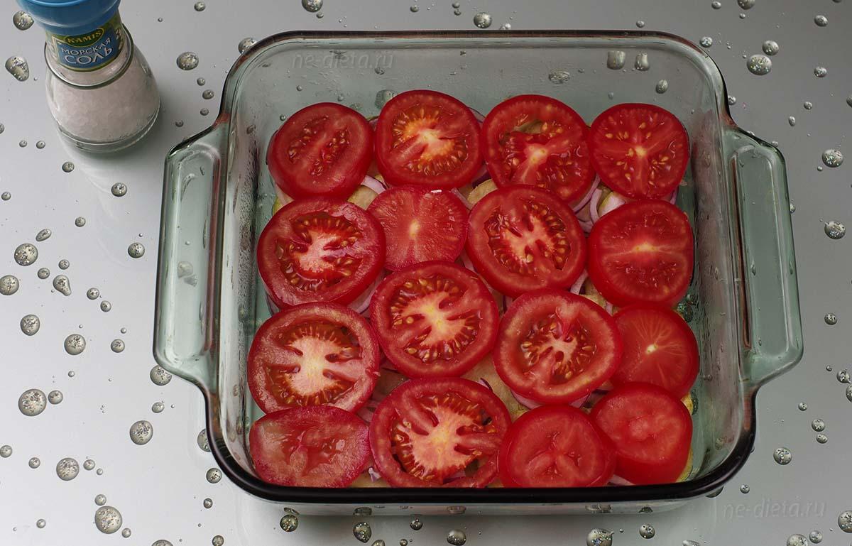 На лук выложить слой помидоров