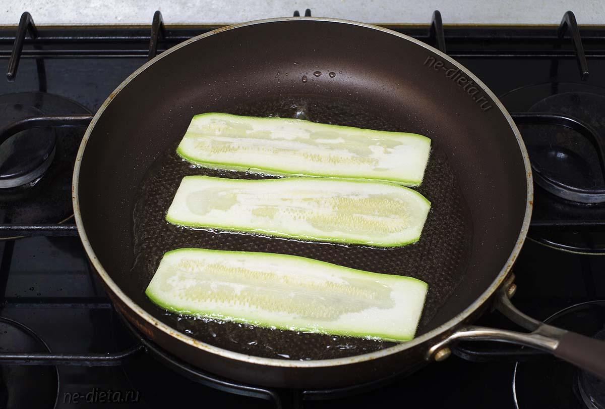 Обжарить ломтики кабачков на растительном масле