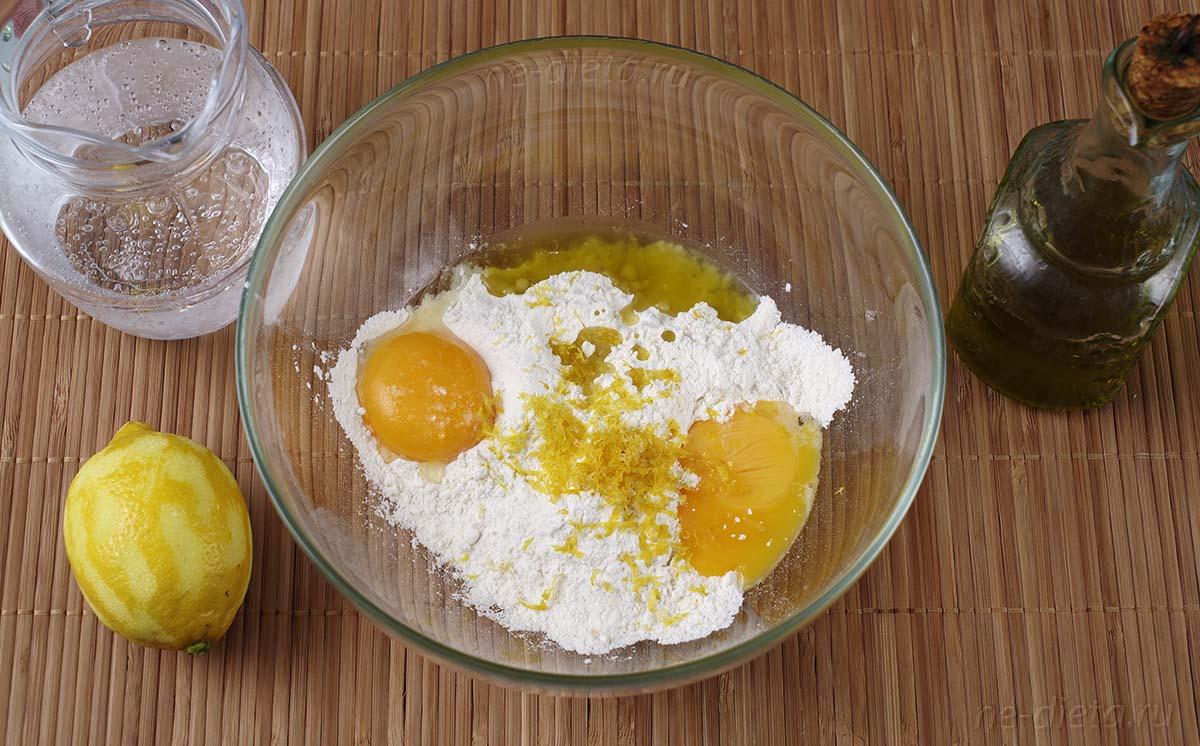 Добавить в кляр оливковое масло и цедру лимона