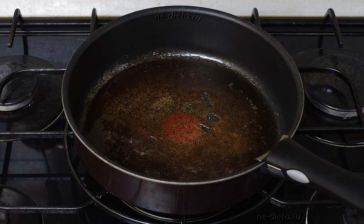 В сотейнике расплавить сахар с водой и добавить коньяк