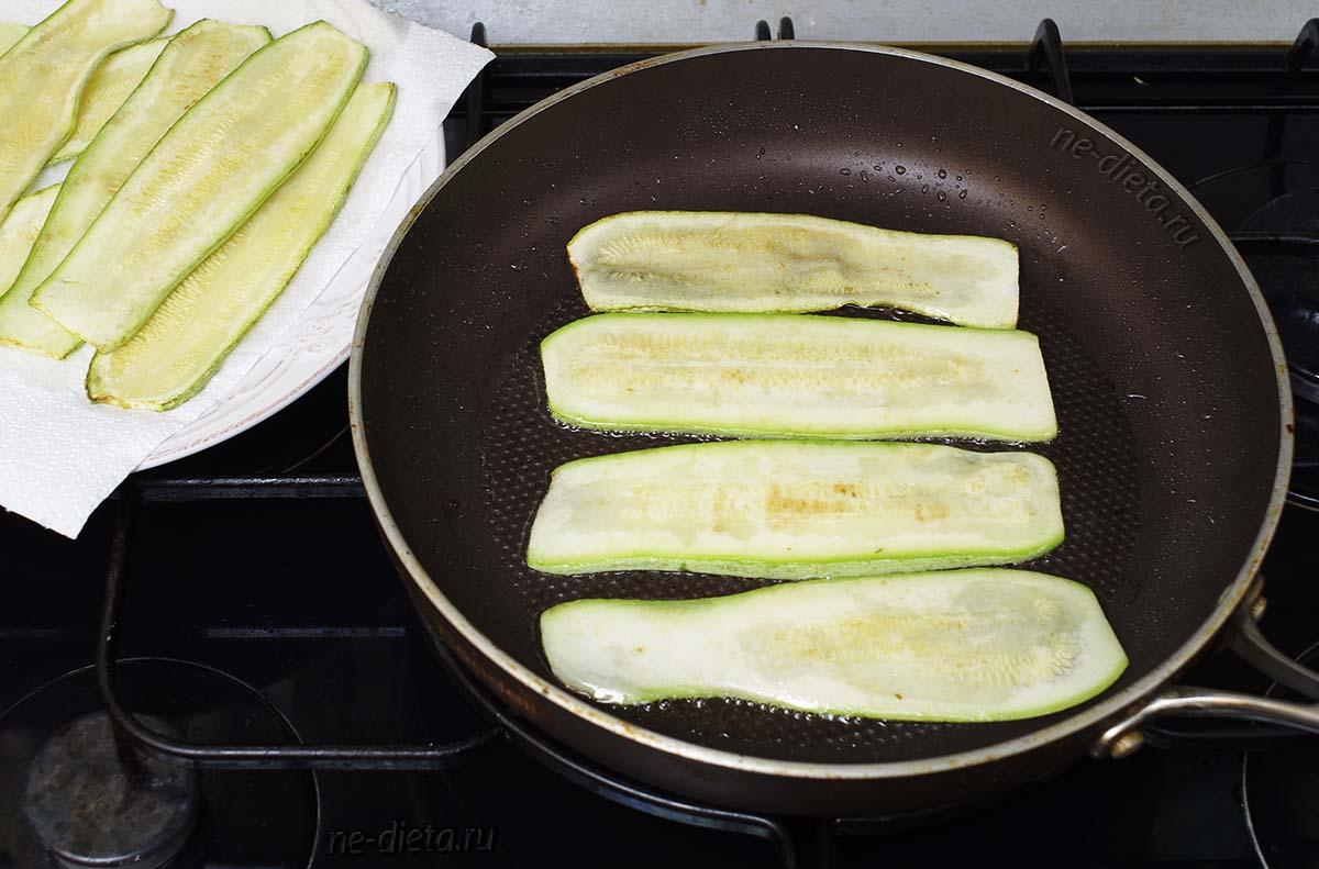 Обжарить кабачки с двух сторон на растительном масле