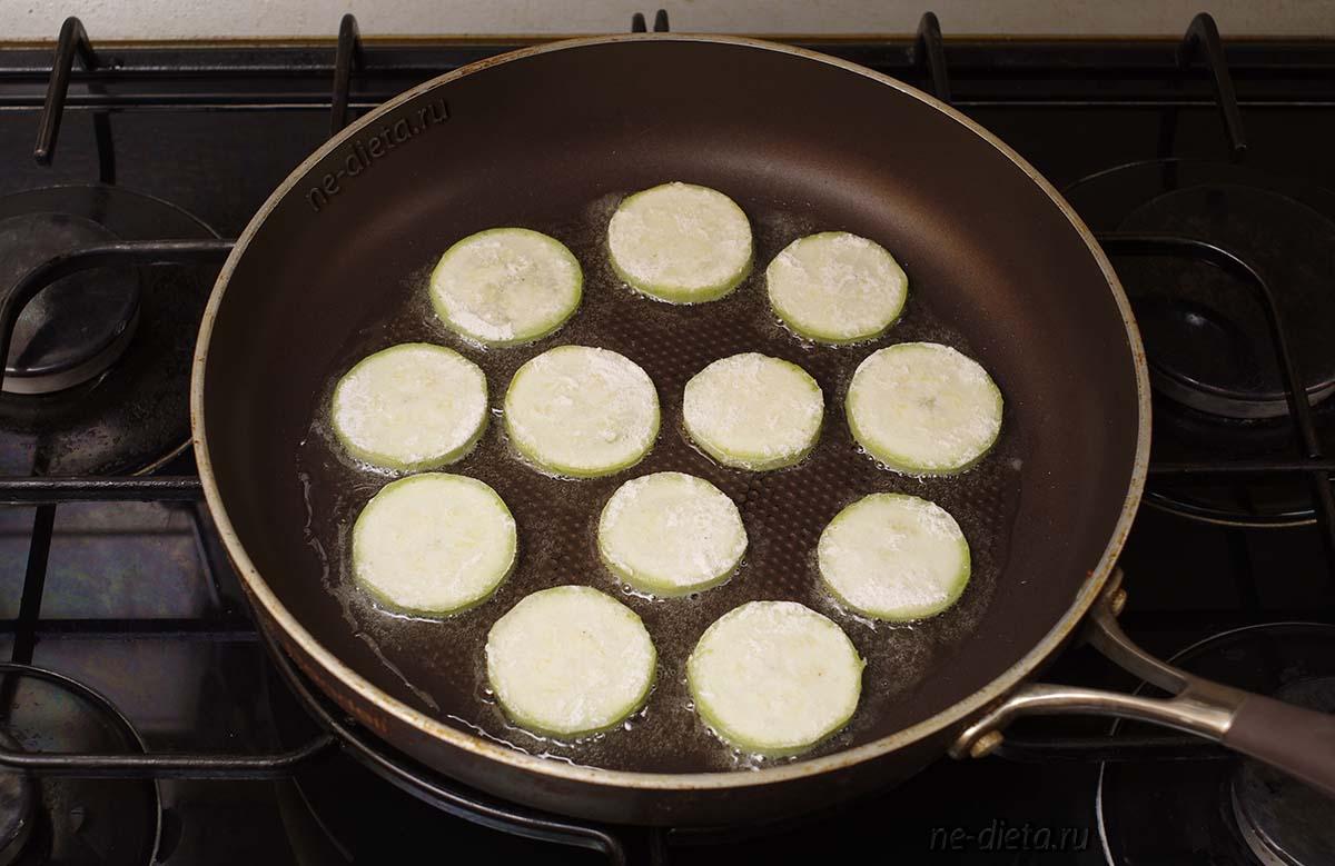 Обжарить кабачки на растительном масле