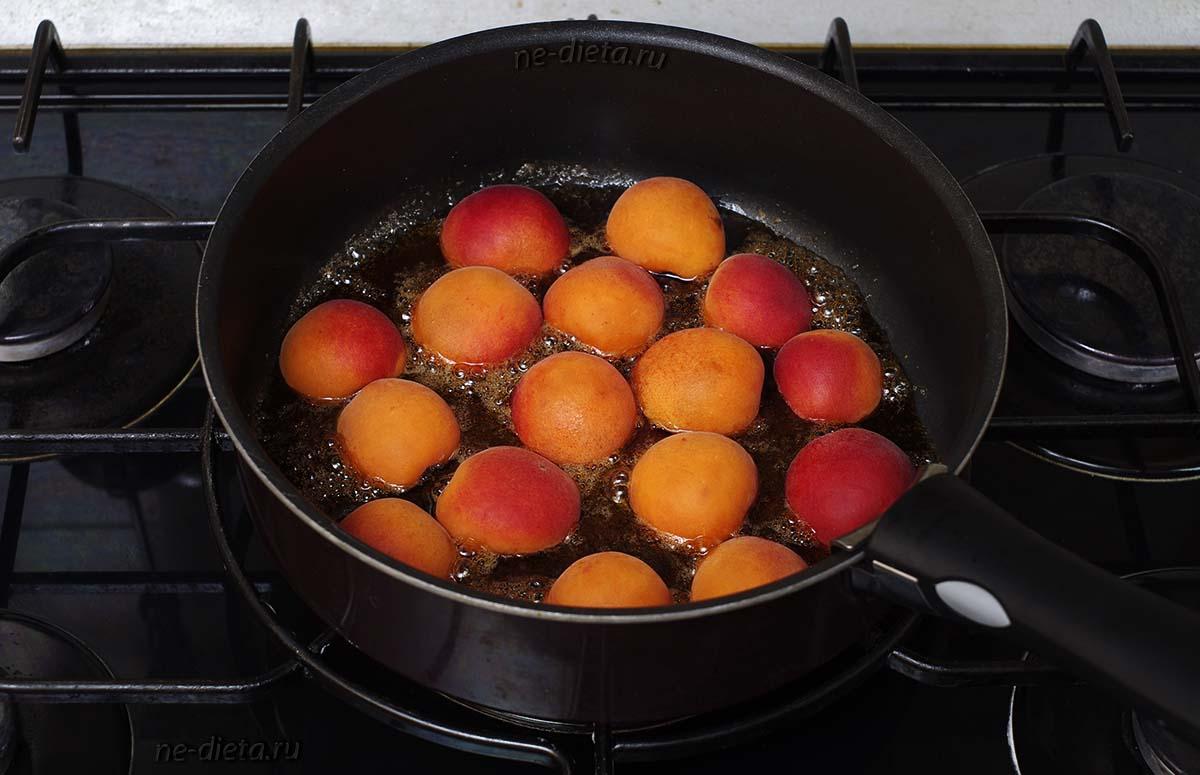 В сироп выложить абрикосы в один слой