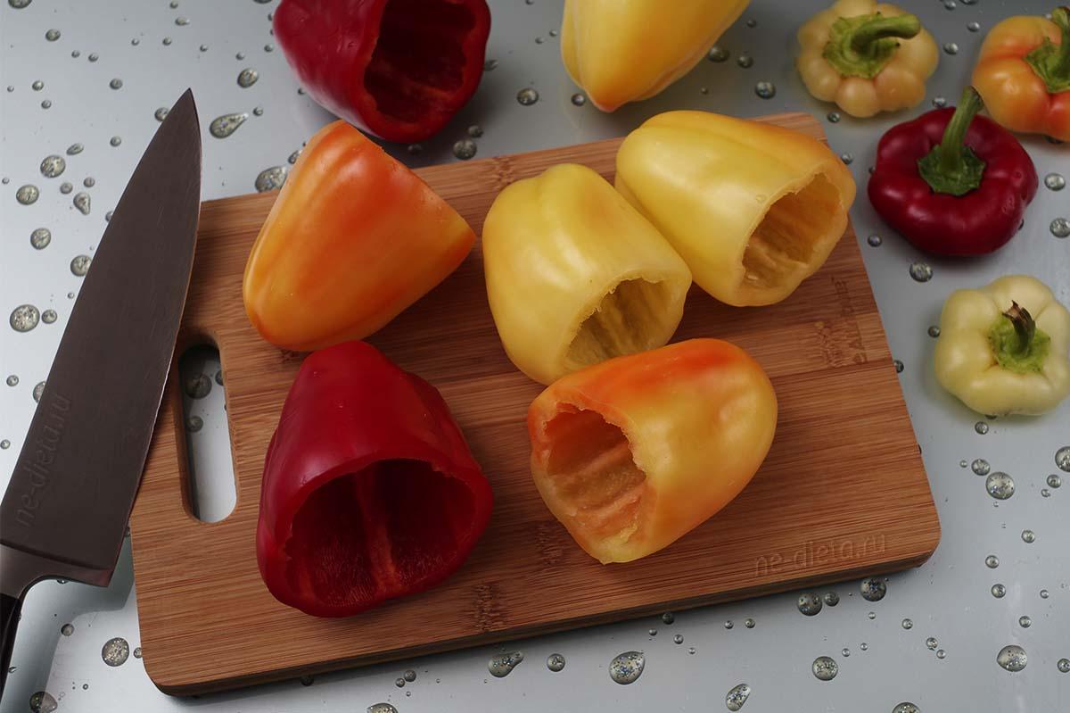 С болгарских перцев срезать верхушки и вынуть семена