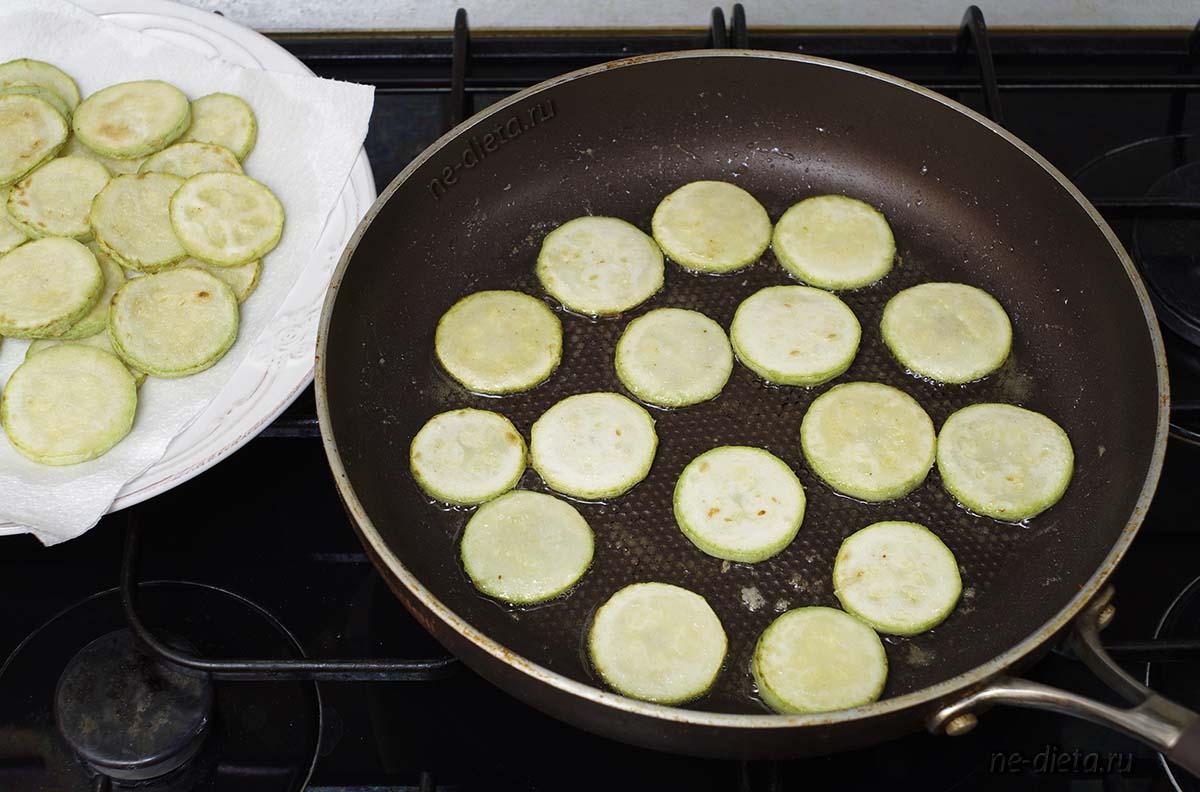 Обжарить кабачки порциями на большой сковороде