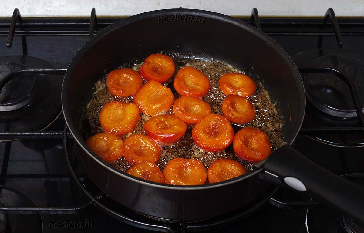 Перевернуть абрикосы на другую сторону