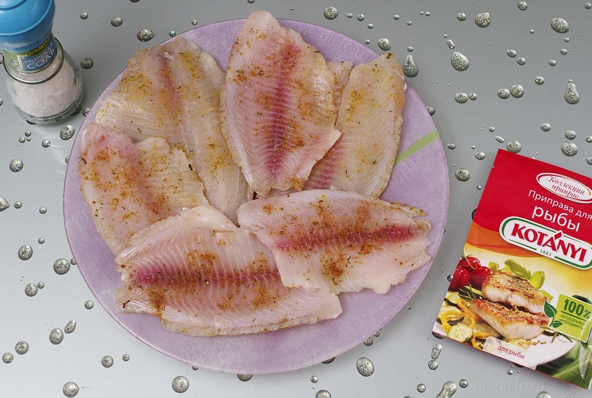 Рыбное филе порезать порционными кусочками и приправить солью, специями и соком лимона