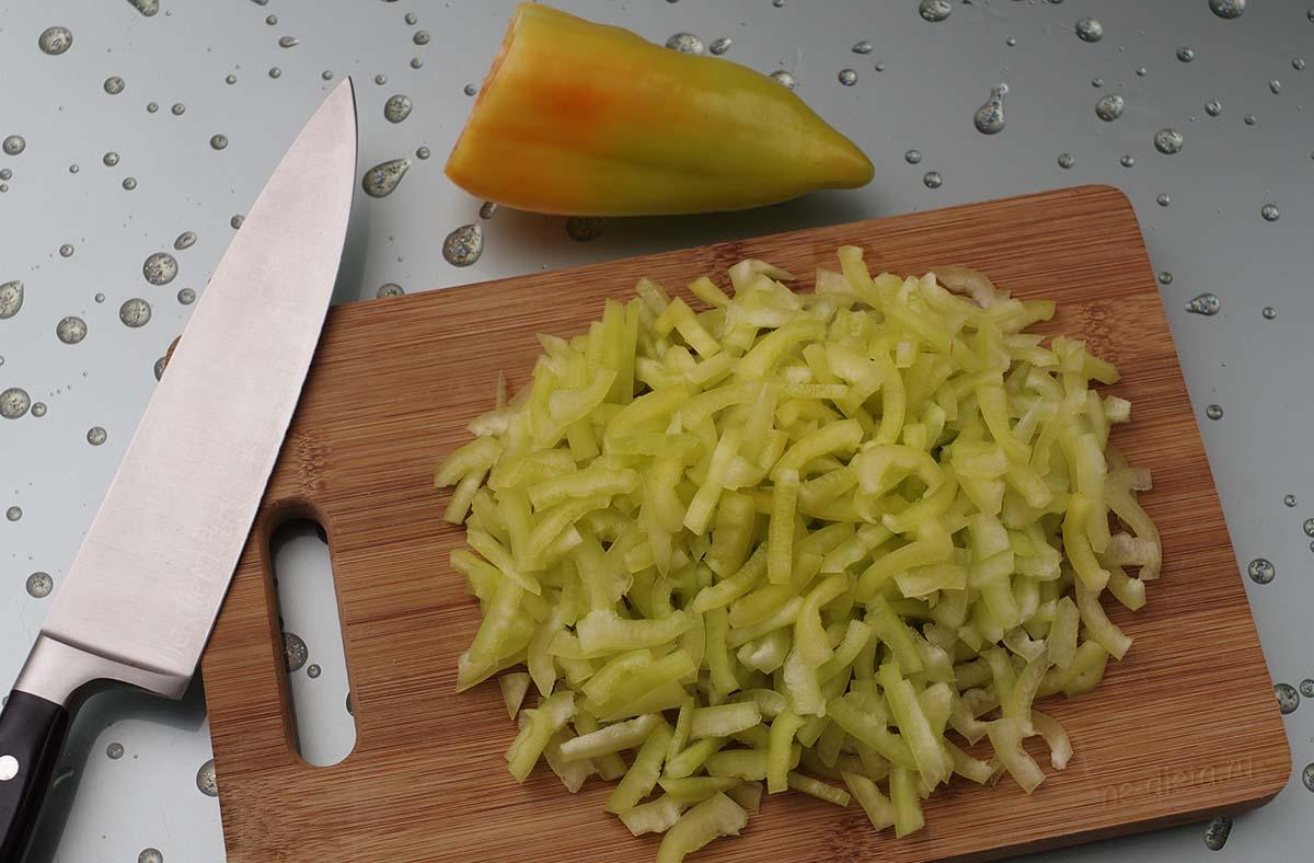 Болгарский перец порезать тонкой соломкой