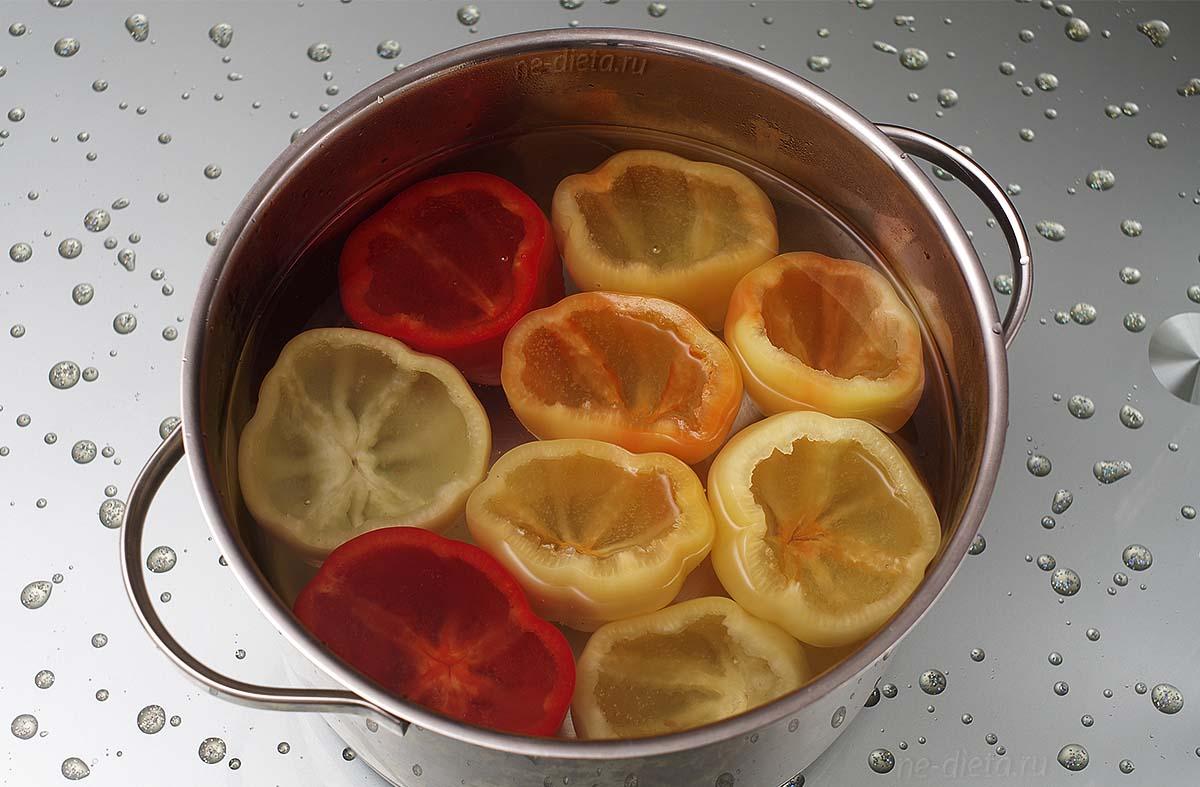 Болгарские перцы залить кипятком на 5 минут