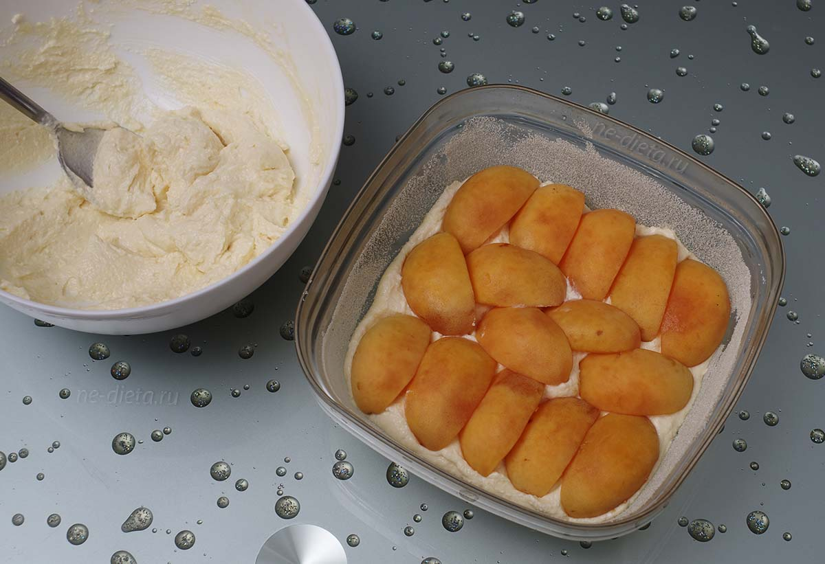 На творог выложить дольки абрикосов