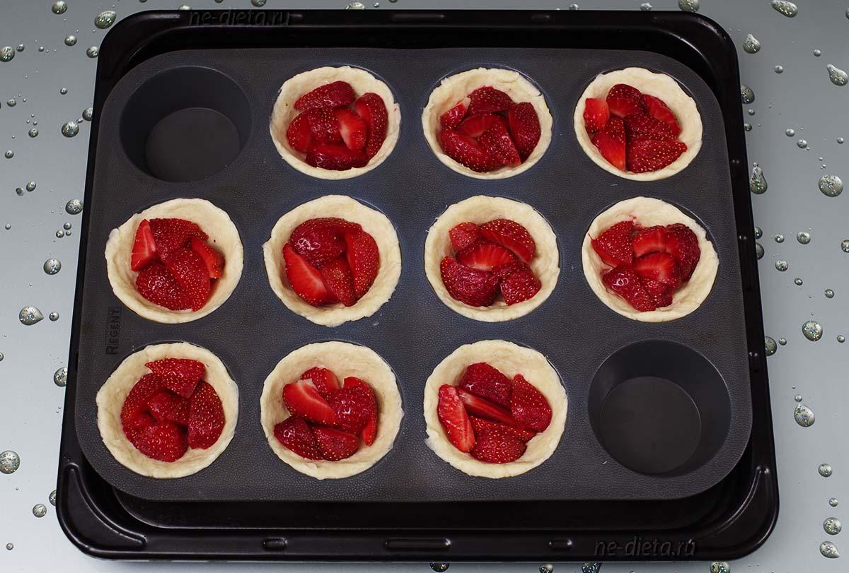 В творожные корзиночки разложить ягоды