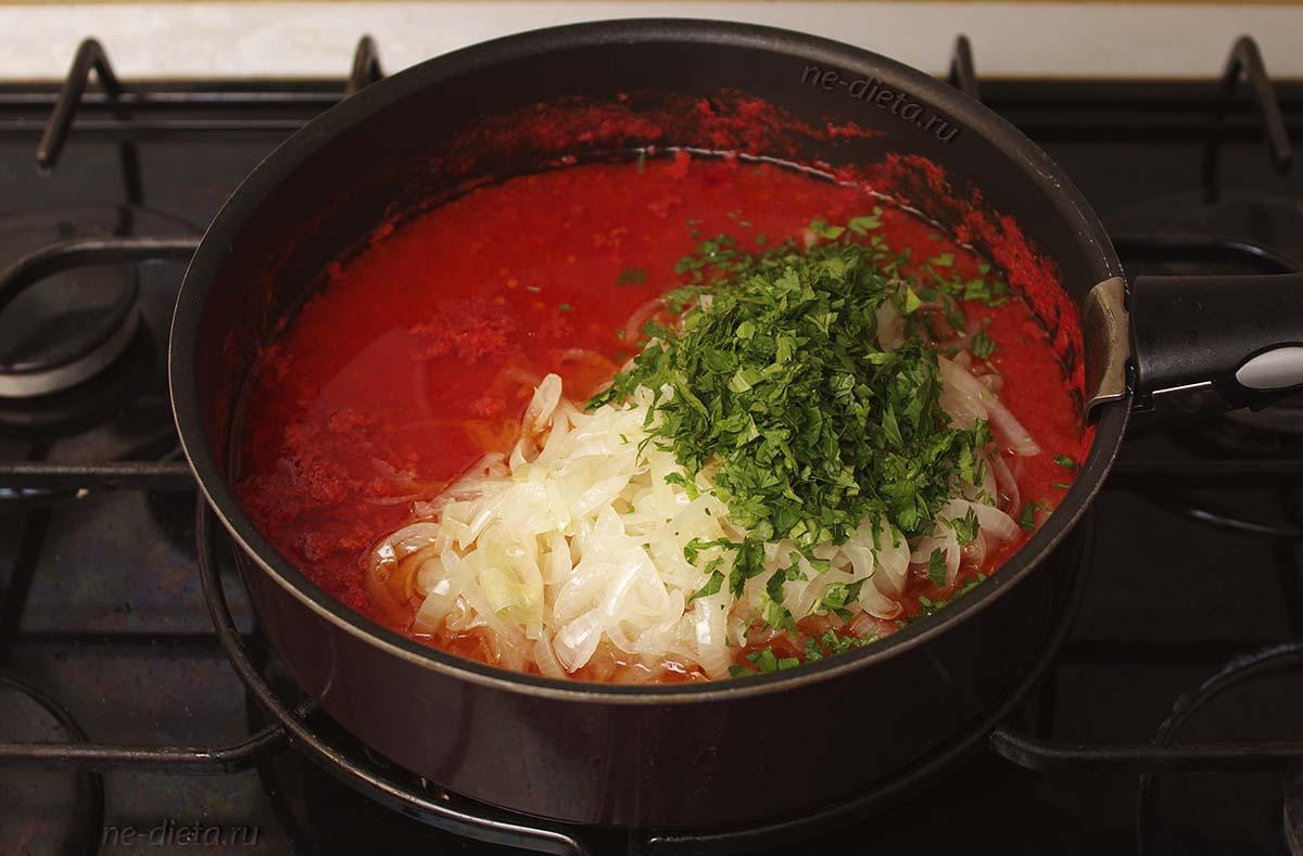 К помидорам добавить лук, петрушку и соль