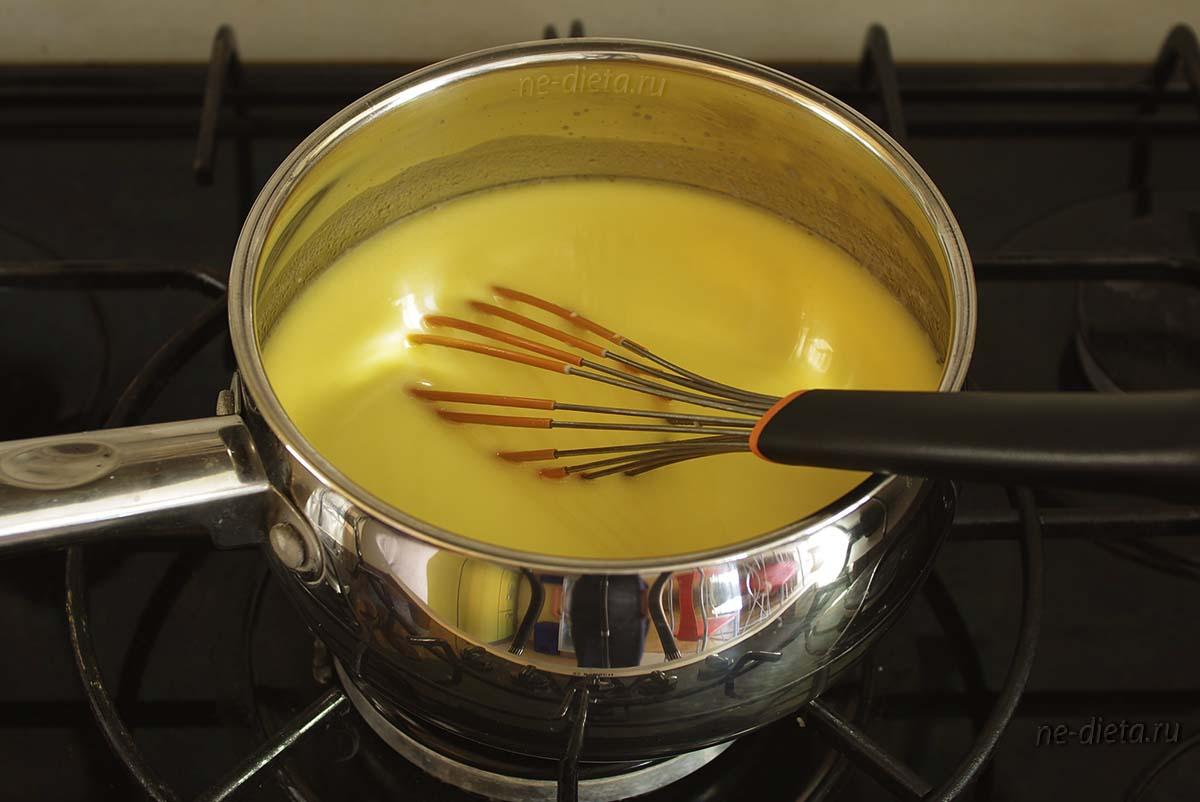 Тонкой струйкой влить молоко