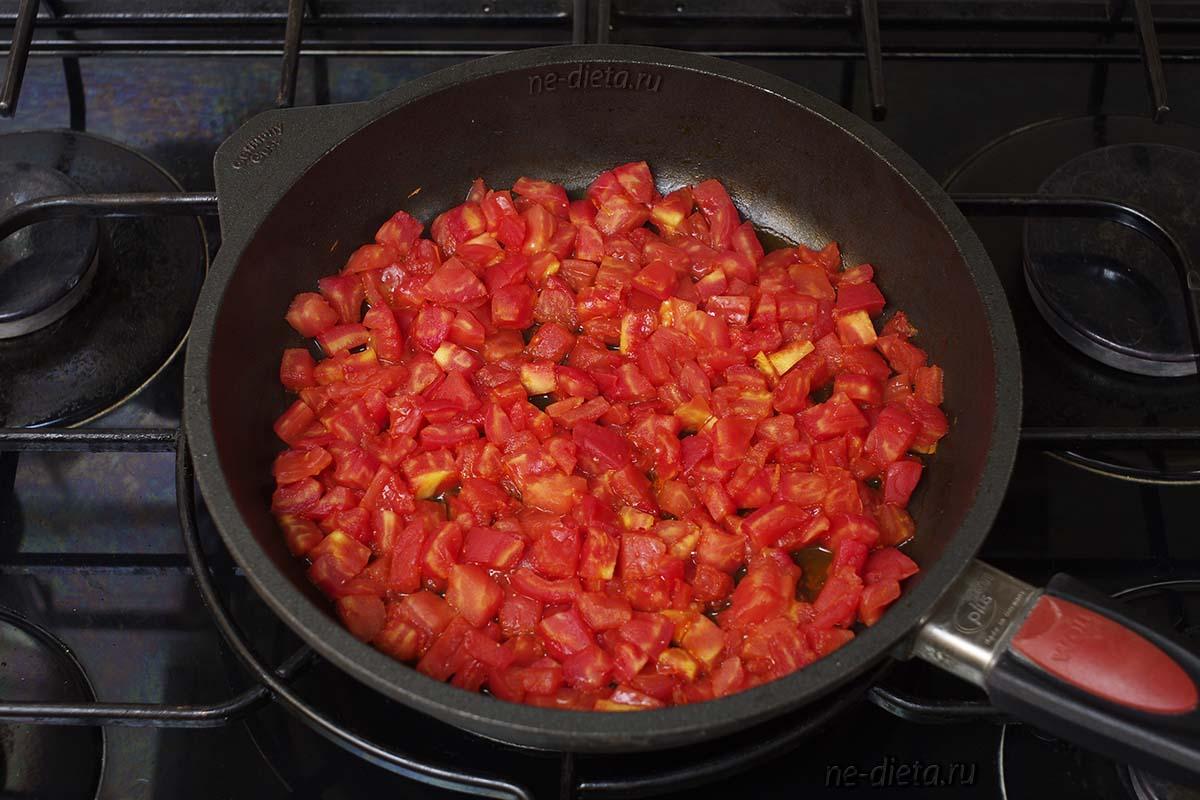 Обжарить помидоры