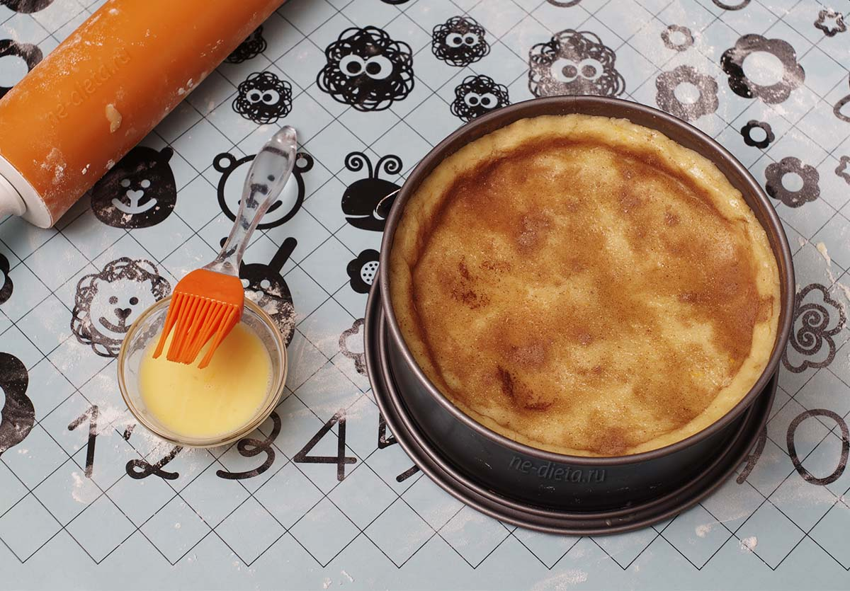 Пирог накрыть вторым пластом теста, посыпать сахаром и корицей