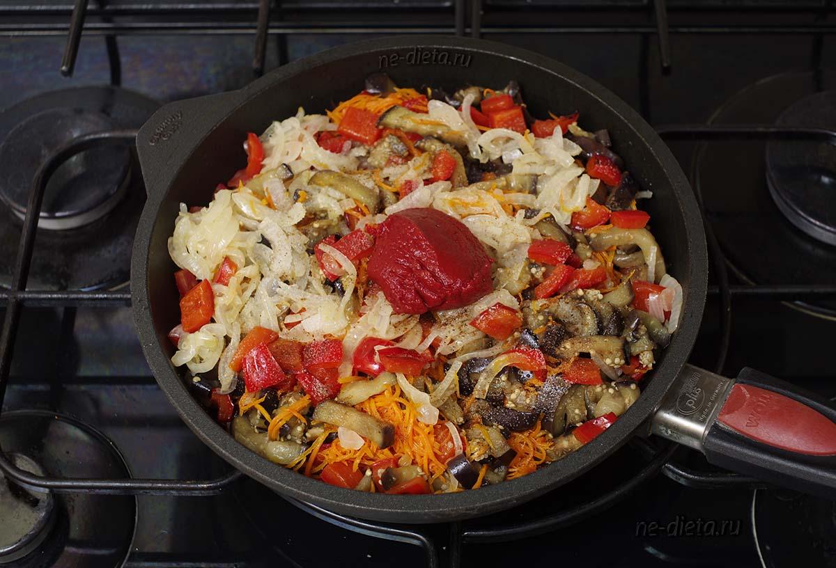 Смешать все овощи и добавить томатную пасту