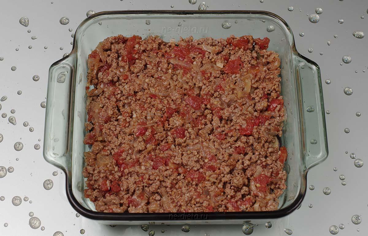 На баклажаны положить половину мясной начинки