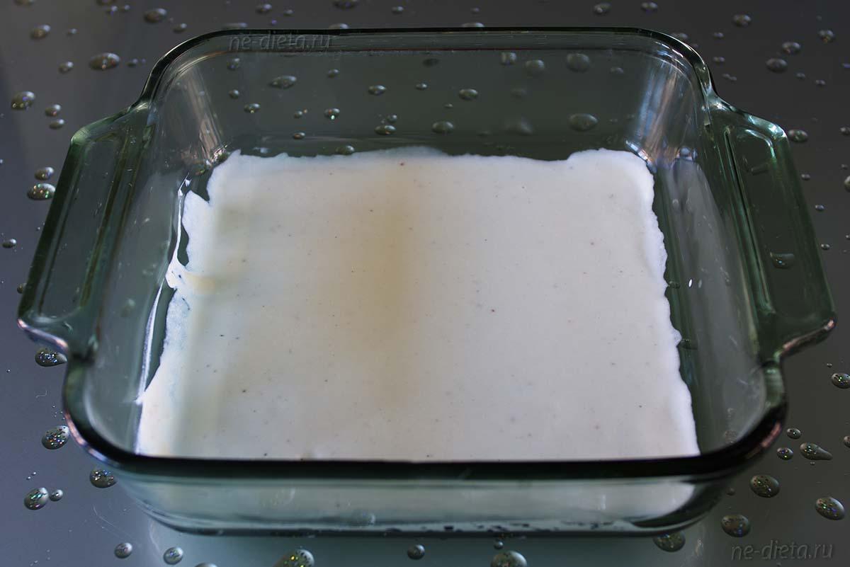 На дно формы налить соус бешамель