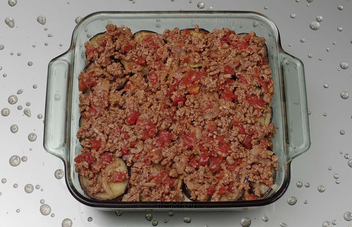 Положить еще слой баклажанов и оставшееся мясо