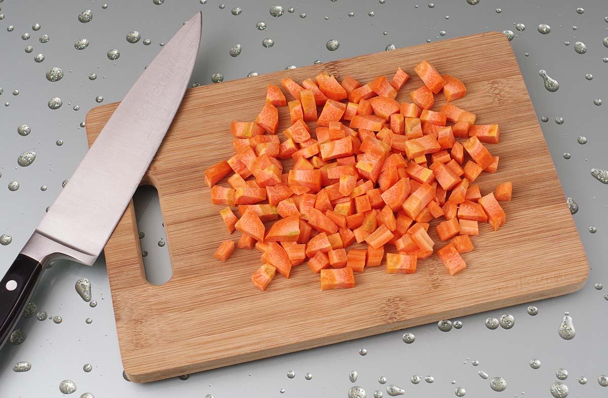 Морковь порезать кубиками