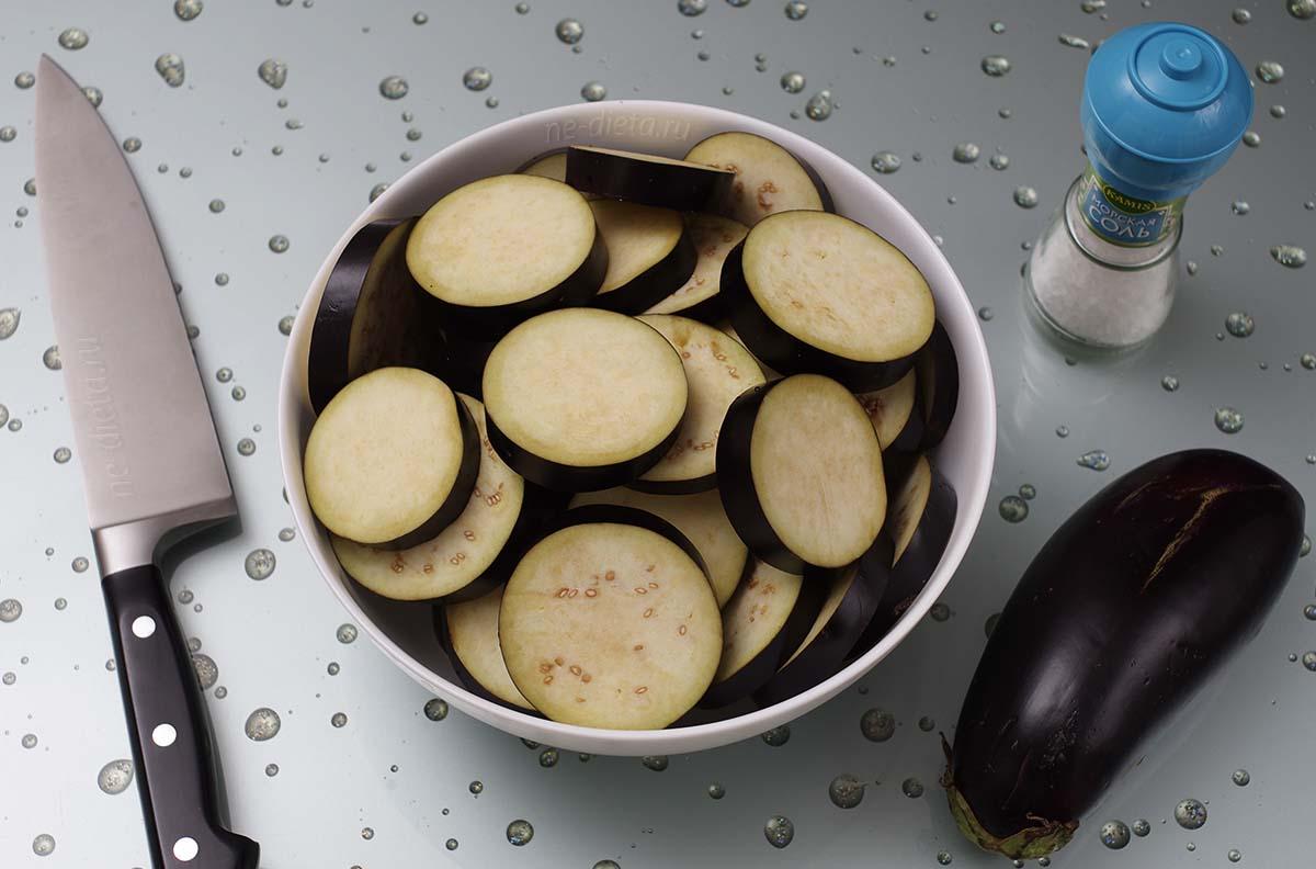 Баклажаны порезать кольцами, посыпать солью и оставить на 30 минут